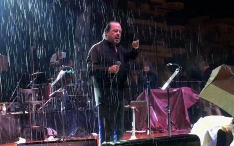 Θεσσαλονίκη: Ο καυγάς του Γιάννη Πάριου με δήμαρχο μπροστά στις κάμερες – Διακόπηκε η συναυλία – video