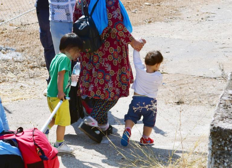 Καβάλα: Παιδίατροι εμβολίασαν τα προσφυγόπουλα του στρατοπέδου Ασημακόπουλου