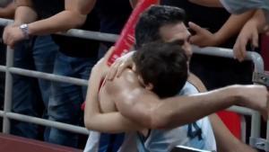 Μουντομπάσκετ 2019: Η αγκαλιά και το φιλί του Σκόλα στη γυναίκα και τα παιδιά του – video