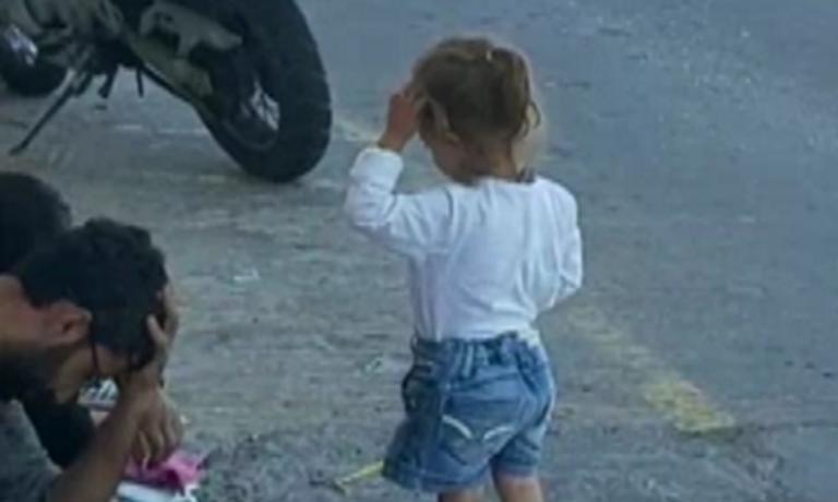 Σύμη: Εικόνες ντροπής με μικρά παιδιά αφημένα χωρίς νερό και φαγητό  – Ξεσπάει ο δήμαρχος του νησιού – video