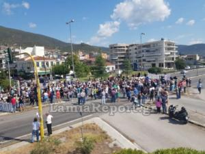 Με μαύρες σημαίες έκλεισαν το δρόμο διαμαρτυρόμενοι για τους μετανάστες