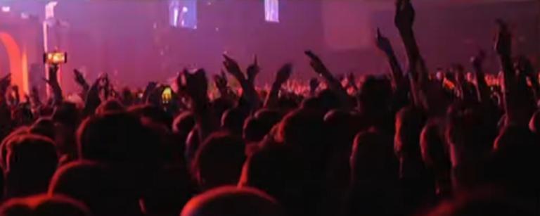 Ελληνικό: Τραυματίστηκε έφηβη από φωτοβολίδα σε συναυλία γνωστού συγκροτήματος! video