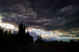 """Καιρός αύριο: Που θα πέσουν βροχές και καταιγίδες – """"Βουτιά"""" της θερμοκρασίας"""