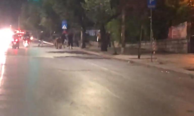 Θεσσαλονίκη: Άγριες συμπλοκές μεταξύ αντιεξουσιαστών και Αλγερινών – Πέτρες, ρόπαλα και κράνη – video