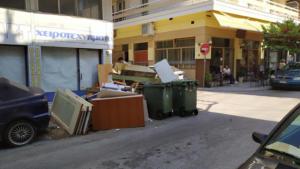 Θεσσαλονίκη: Χαρτόκουτα, στρώματα, καναπέδες και… λεκάνες τουαλέτας στους δρόμους [pics]