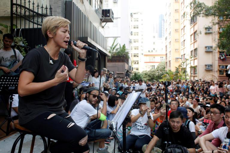 Ταϊβάν: Επίθεση με μπογιά σε τραγουδίστρια κατά τη διάρκεια διαδήλωσης