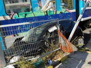 Βόλος: Αυτοψία στη διάβαση που τρένο παρέσυρε αυτοκίνητο – Τύχη βουνό για την οδηγό του ΙΧ [pics]