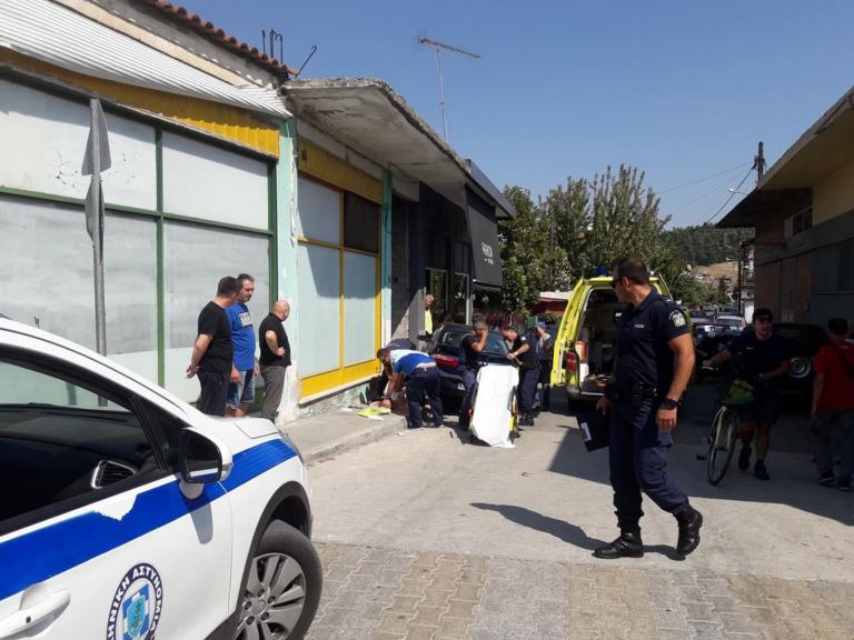 Τρίκαλα: Οδηγός έπαθε ανακοπή και έπεσε σε μαγαζί! [pics]