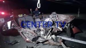 """Ξάνθη: Αυτοκίνητο """"καρφώθηκε"""" πάνω σε φορτηγό – """"Μάχη"""" για να απεγκλωβιστούν οι επιβάτες"""