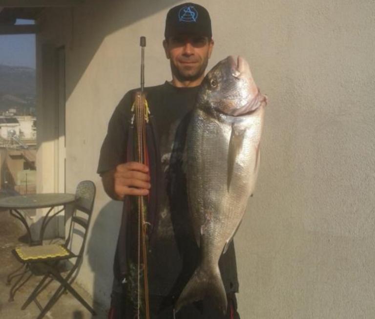 Βόλος: Αυτός είναι ο ψαροντουφεκάς που έκανε παγκόσμιο ρεκόρ – Έπιασε τη μεγαλύτερη τσιπούρα [pic]