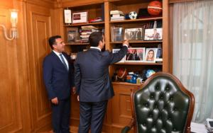 """Τσίπρας – Ζάεφ: """"Γράψαμε ιστορία""""! Η φωτογραφία από τα παλιά και η θερμή συνάντηση"""