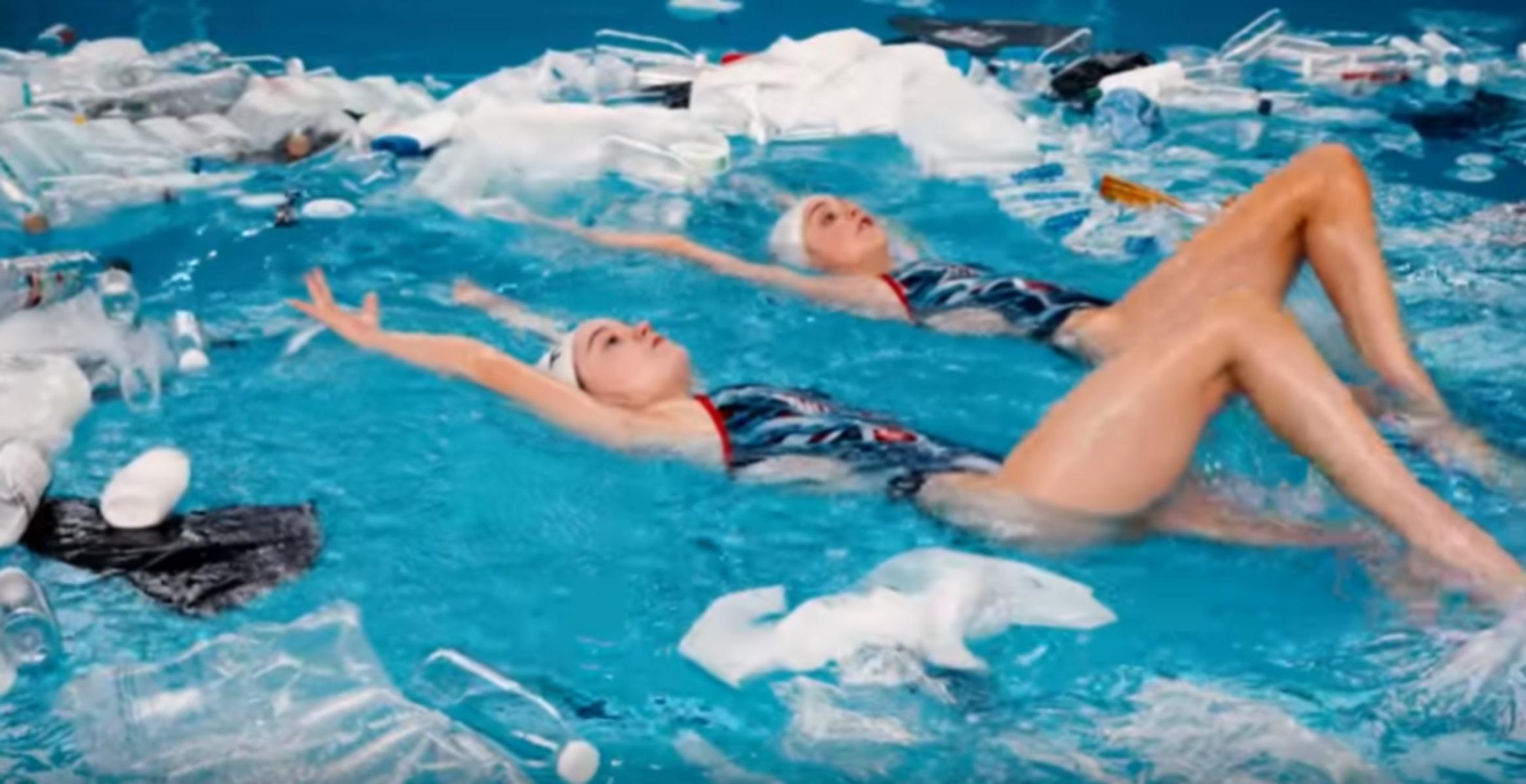 """""""Κολυμπώντας μέσα σ' αυτό""""! Ένα συγκλονιστικό video για την θαλάσσια ρύπανση"""