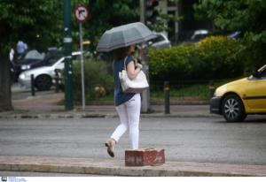 Καιρός: Βροχερό μεσημέρι με… άνοδο της θερμοκρασίας