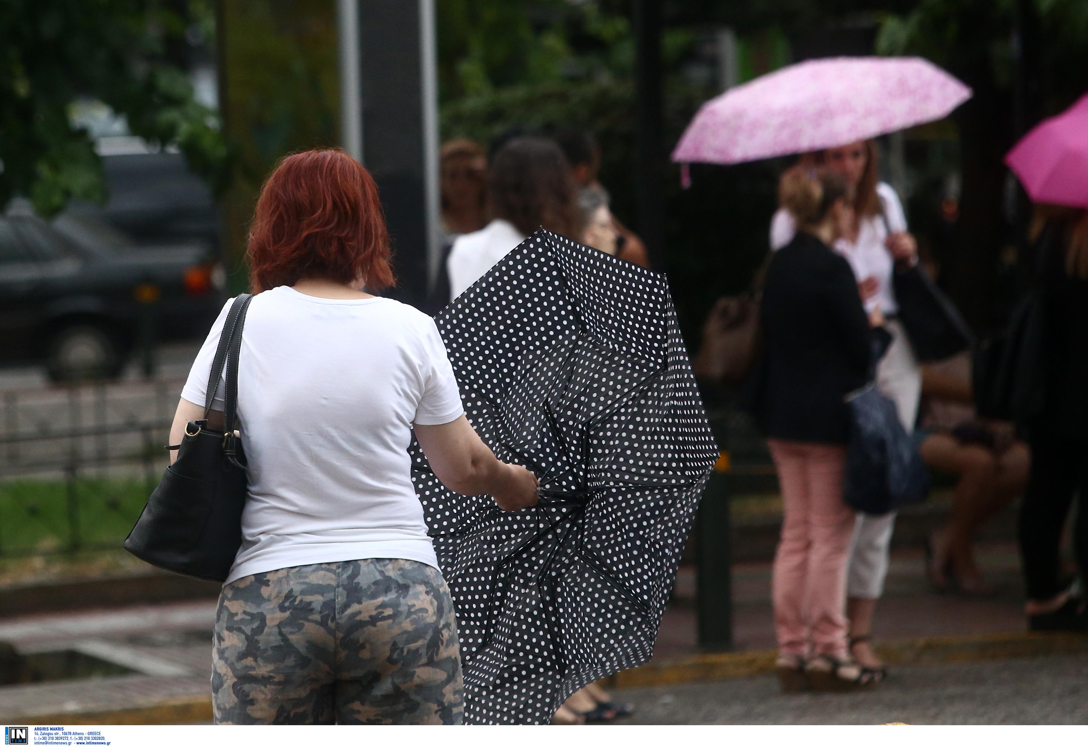 Ομπρέλες, κοντομάνικο και βοριάδες στο Αιγαίο! Που θα βρέξει σήμερα