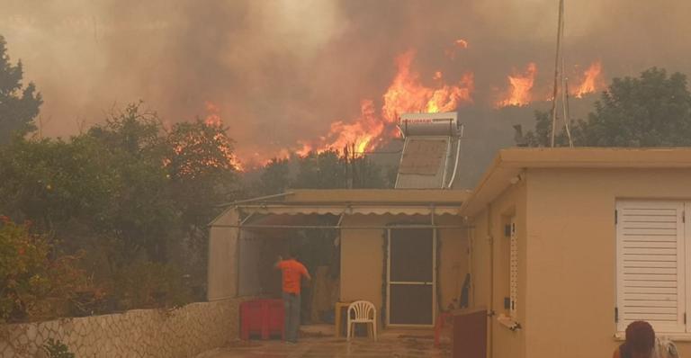 Ζάκυνθος: Η φωτιά πλησιάζει και κυκλώνει σπίτια – Εφιαλτικές εικόνες στο χωριό Κερί – Κάτοικοι τρέχουν να σωθούν [pics, video]