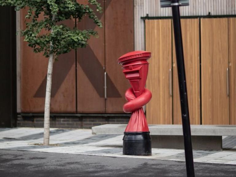 Γραμματοκιβώτια… δεμένα κόμπους στο Λονδίνο