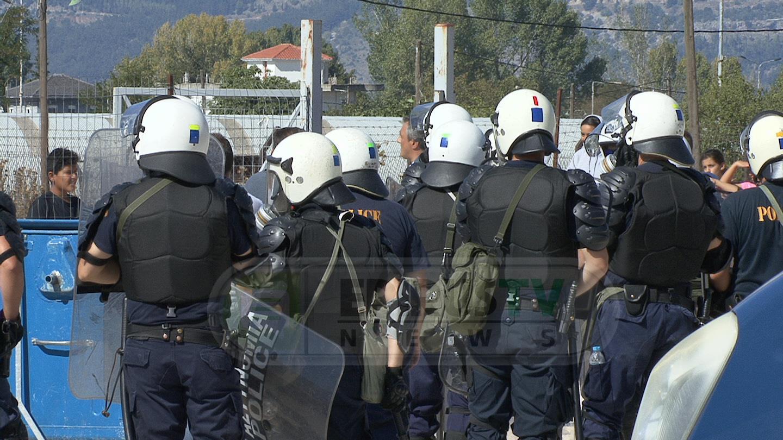 Γιάννενα: Πετροπόλεμος, ζημιές και προσαγωγές κατά την άφιξη προσφύγων από τη Μόρια της Λέσβου – video