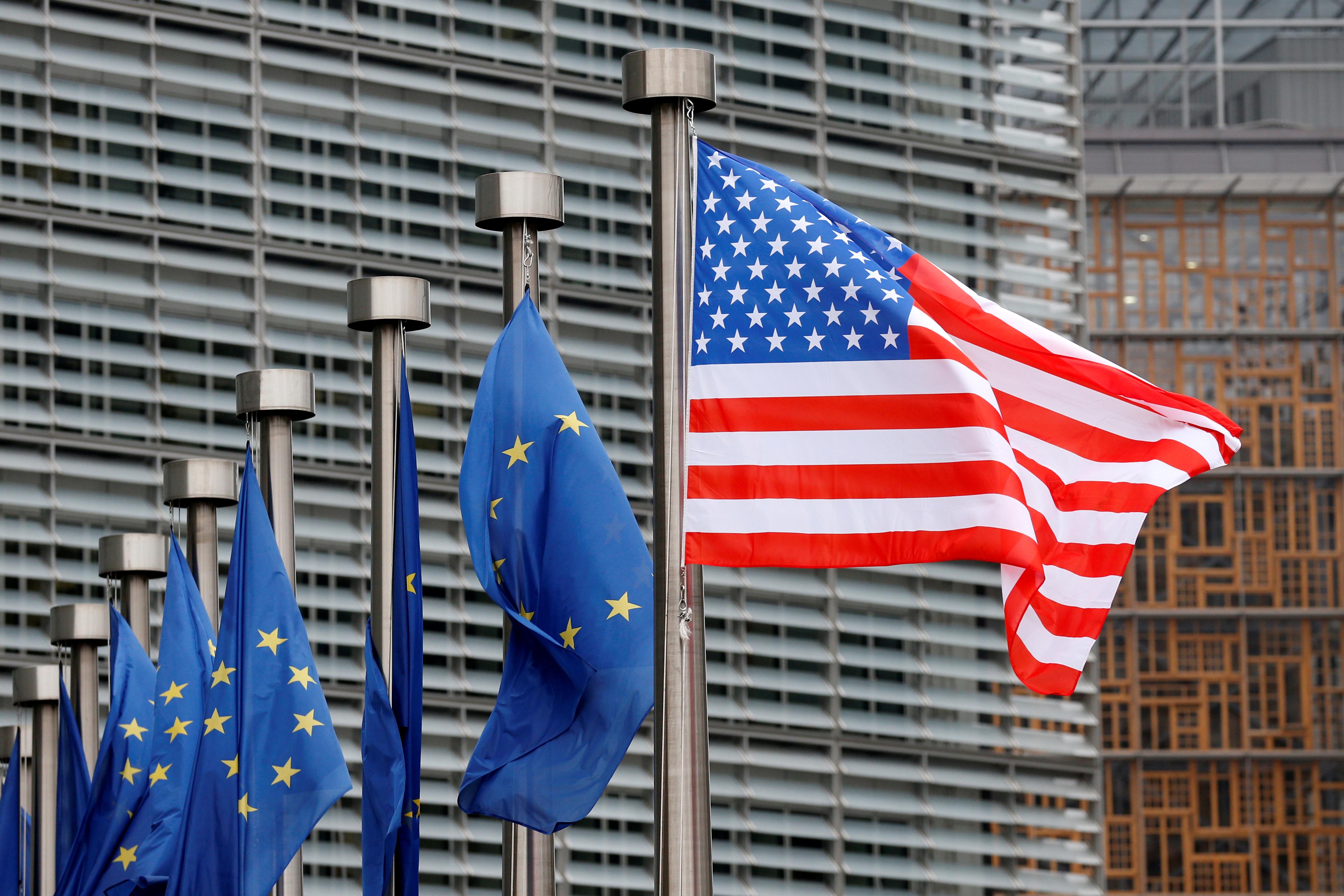 """Σε ισχύ το αμερικανικό """"χαράτσι""""! Επιπρόσθετοι δασμοί σε χιλιάδες προϊόντα που εισάγονται από την ΕΕ"""