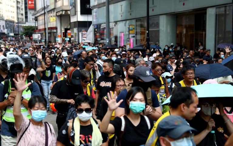 Χονγκ Κονγκ – ΟΗΕ: Επείγουσα έρευνα για τα βίαια αντικαθεστωτικά επεισόδια – «Έχασε το μάτι του δημοσιογράφος»!