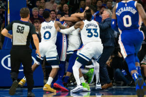 NBA: Απίστευτο ξύλο μεταξύ παικτών στο Σίξερς – Τίμπεργουλβς! Δεν μπορούσαν να τους σταματήσουν