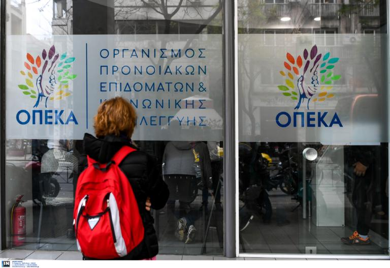 ΟΠΕΚΑ: Πότε καταβάλλονται τα επιδόματα και οι παροχές στους δικαιούχους