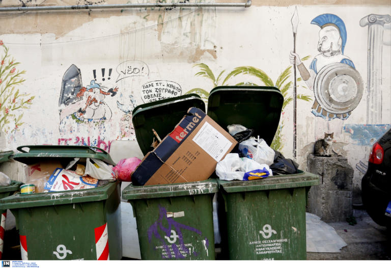 Χανιά: Bρήκε πορτοφόλι με χρήματα και προσωπικά έγγραφα στα σκουπίδια