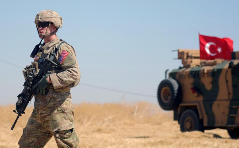 ΗΠΑ: Παραμένουμε στην Συρία απλώς… αδειάζουμε την γωνιά στον Ερντογάν
