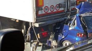 Αυτοκίνητο καρφώθηκε σε νταλίκα! Νεκρός ο οδηγός