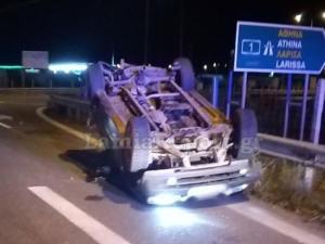 Τροχαίο με τρεις τραυματίες έξω από τη Λαμία – Τούμπαρε το ένα αυτοκίνητο