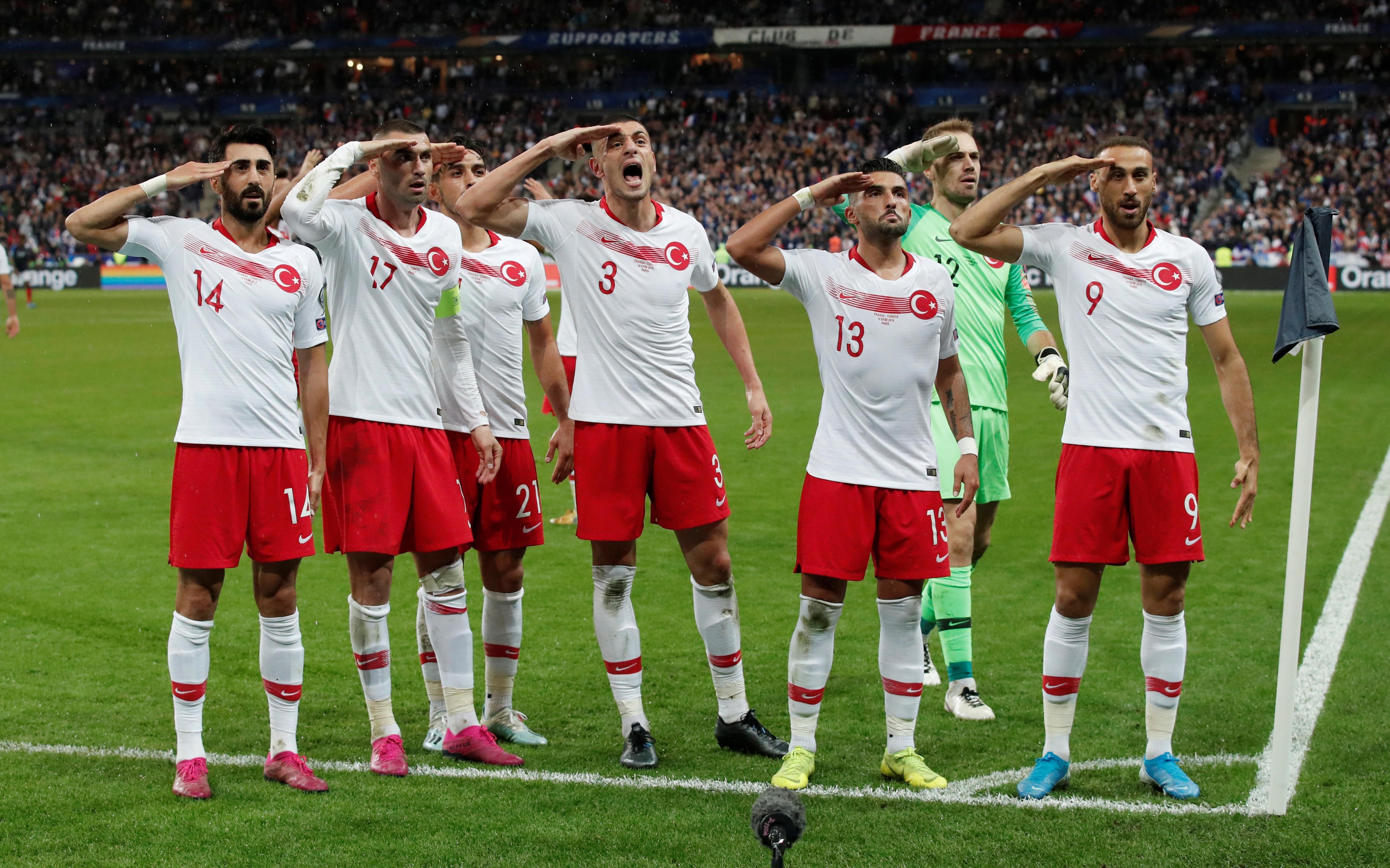 """Στα """"μαλακά"""" οι Τούρκοι από την UEFA! Καμία τιμωρία για τους στρατιωτικούς χαιρετισμούς"""