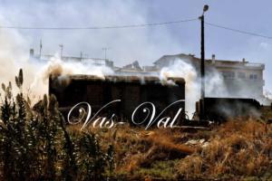 Κόρινθος: Ανατάτωση από φωτιά σε εγκαταλελειμμένο βαγόνι του παλαιού σιδηροδρομικού σταθμού [pics]