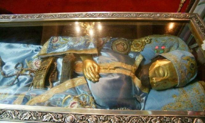 """""""Η λάρνακα του Αγ. Ιωάννη του Ρώσου ανοίγει μόνο όταν ζητά την αλλαγή των αμφίων του"""""""