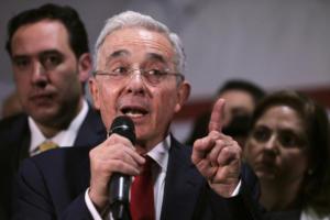 Στο Ανώτατο Δικαστήριο ο πρώην πρόεδρος της Κολομβίας – Κατηγορείται για δεσμούς με ακροδεξιές παραστρατιωτικές οργανώσεις