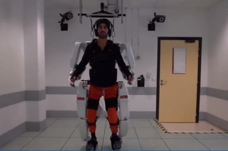 Συγκίνηση! Περπάτησε ξανά χρόνια μετά το ατύχημα που τον άφησε παράλυτο – video