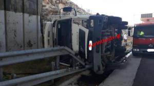"""Αθηνών – Κορίνθου: """"Τούμπαρε"""" φορτηγό στα Μέγαρα! video"""