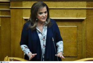 Μπακογιάννη: «Άδειασμα» σε Κυρανάκη – Πλεύρη για τη στήριξη στο ρατσιστικό μπάρμπεκιου