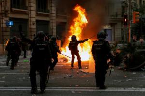 Χάος στη Βαρκελώνη! Άγριες συγκρούσεις διαδηλωτών – αστυνομίας