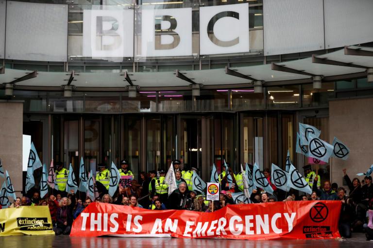 Ακτιβιστές περιβαλλοντικής οργάνωσης απέκλεισαν τα γραφεία του BBC στο Λονδίνο [Pics]