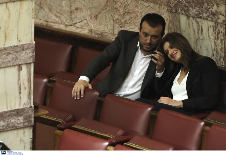 """Βουλή: """"Έγειρε"""" η Νοτοπούλου στον ώμο του Παππά! pics"""