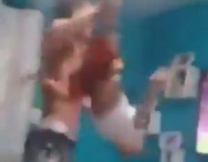 Ανεκδιήγητος πατέρας! Έθεσε σε κίνδυνο του παιδί του και έπιανε τα γεννητικά του όργανα μετά από γκολ – video