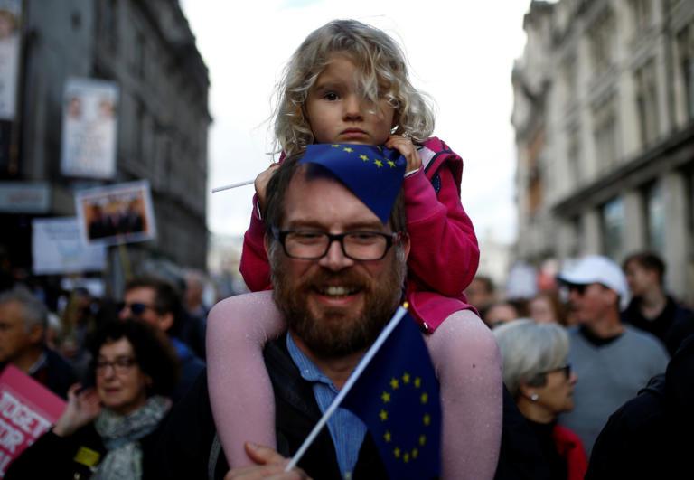 Brexit: Οργή λαού έξω από το Κοινοβούλιο! Απίστευτες εικόνες