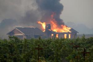 Γιγάντιες φλόγες καταπίνουν την Καλιφόρνια – Απομακρύνθηκαν 50.000 άνθρωποι