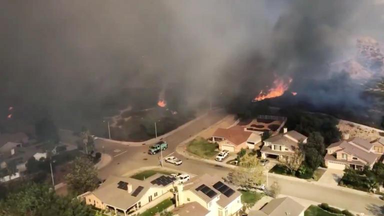 Μεγάλες πυρκαγιές μαίνονται στην Καλιφόρνια – Χιλιάδες άνθρωποι εγκαταλείπουν τα σπίτια τους