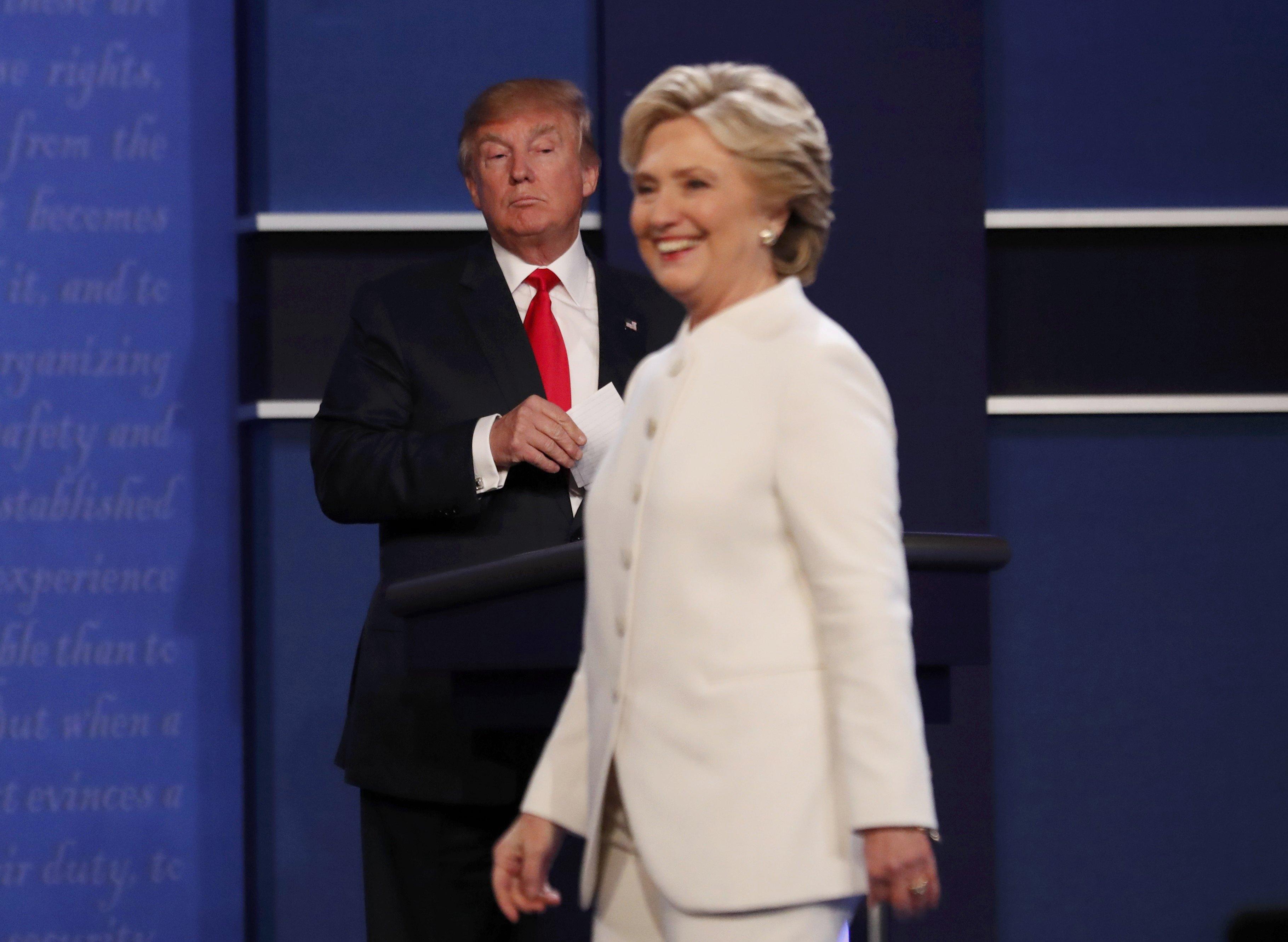 Θέλει η Χίλαρι να κρυφτεί και ο… Τραμπ δεν την αφήνει! «Μην είσαι π@π@ρ@ς» και τρολάρισμα με Κένεντι και Χρουστσόφ