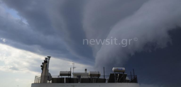 Καιρός: Τι είναι το shelf cloud που κάλυψε όλη την Αττική