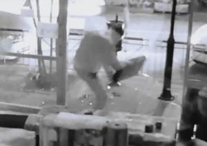 Θεσσαλονίκη: Η στιγμή της διάρρηξης σε κατάστημα με χαλιά – Το βίντεο ντοκουμέντο με το χτύπημα!
