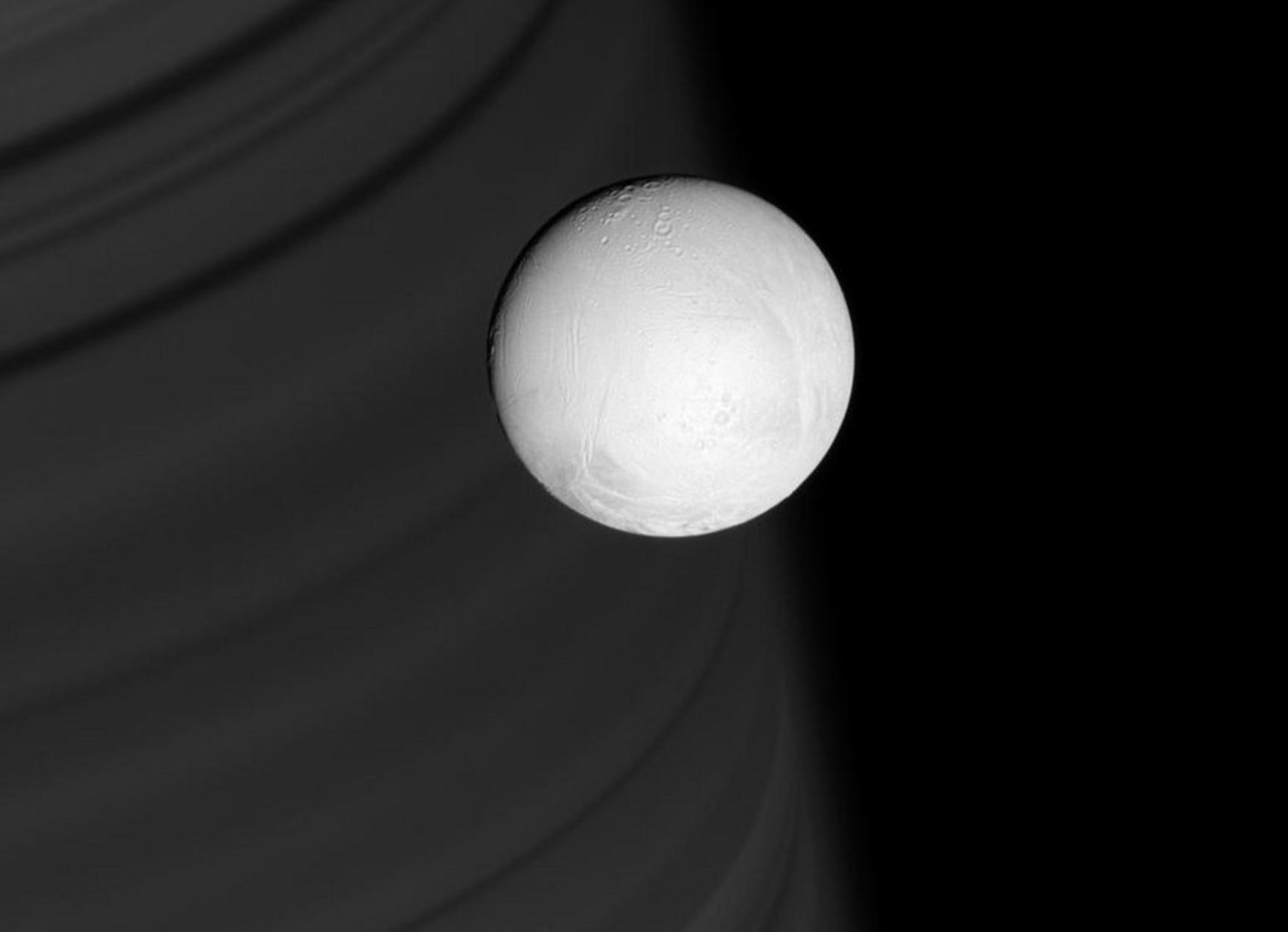 """Δέος! Ανακαλύφθηκαν ίχνη ζωής στον δορυφόρο """"Εγκέλαδο"""" του Κρόνου - """"Θυμίζουν""""... Γη"""