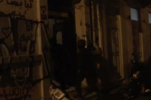 Εξάρχεια: Η στιγμή που οι αστυνομικοί κάνουν έφοδο στις καταλήψεις – video