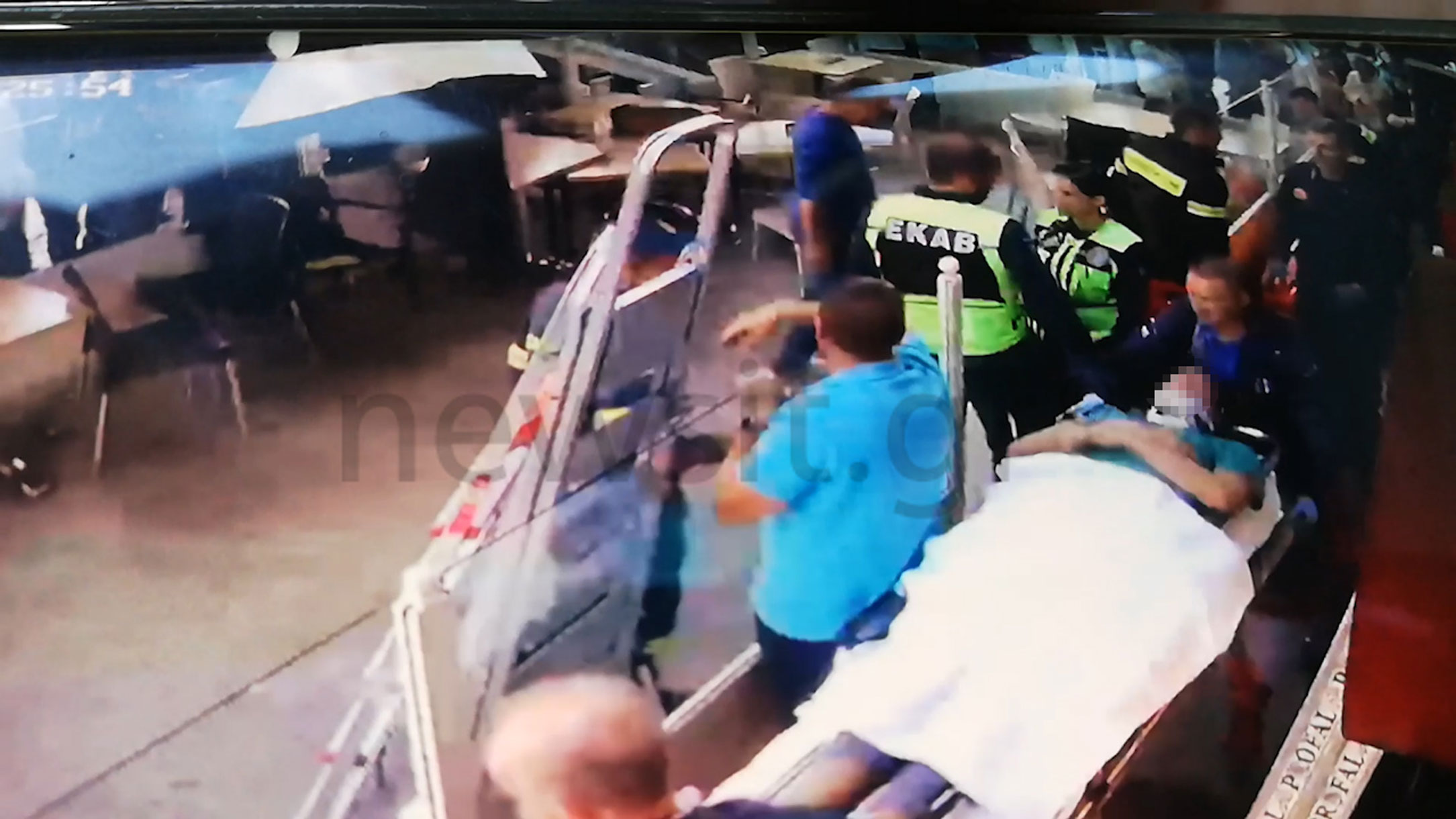 Βίντεο - ντοκουμέντο! Η στιγμή της πτώσης του 45χρονου από τον 5ο όροφο στο Γαλάτσι - Καρέ - καρέ η διάσωσή του