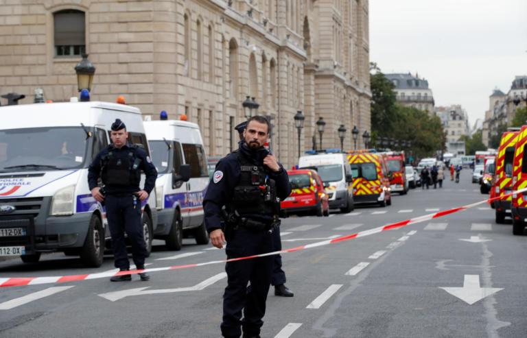 Ανοιχτά όλα τα ενδεχόμενα για τα κίνητρα του δράστη της επίθεσης στο Παρίσι
